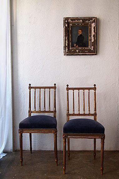 美しい椅子-french antique gold chair 装飾ディティールの美を店頭にて御確かめ頂きたい2脚。一つ一つが実に確かな技術で作られているのが分かる、繊細なアーティチョーク型擬宝珠、エッグ&ダーツ文様、欠損無く揃ったコーナーのロゼット。19世紀半ば位まで遡る椅子で、ルイ16世様式の流れを汲んでいる細身な女性的フォルム、直線の粋。座面はやや褐色したブルーが綺麗なコントラストを見せており、現地のまま。別途張り替えも承りますので、どうぞお申し付け下さい。木部のコンディション良く、実際お座り頂けますが、当時もさほど座る用途では無かったはずのサロン用チェア。極細い脚と背もたれで過度なご使用にはお薦め出来ません。