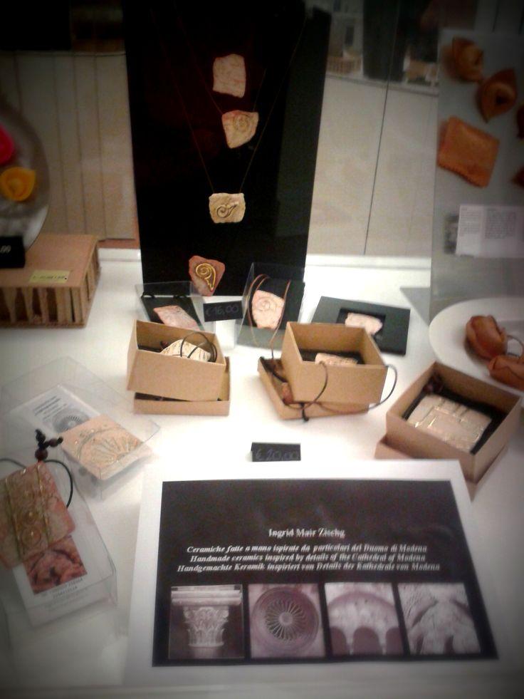 Ingrid Mair Zischg ha ideato monili in ceramica ispirati da alcuni dettagli del Duomo di Modena
