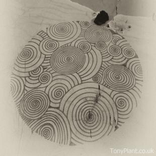 Tony Plant, opera d'arte sulla spiaggia con l'utilizzo di un rastrello.