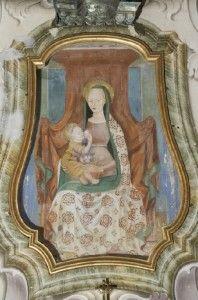 Madonna del latte di Debbio-Dipinto da autore sconosciuto, laffresco Madonna che allatta seduta in trono, ricoperto da un drappo rosso; tiene il Bambino Gesù con la destra, mentre nell'altra mano ha un rametto di rose. Realizzato i sulla parete interna  Abbadia, nel 1755 è staccato e spostato nella nicchia sopra l'altare. Dal 1760 è protetto da un vetro con cornice dorata; un recente restauro ci ha restituito la Madonna del latte com'era (il seno nel corso del 1800 era stato coperto).