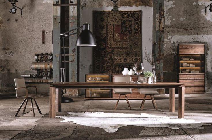 Table de repas Loft avec un plateau en noyer massif à retrouver sur le site internet d'Imagine Outlet. Une véritable œuvre d'art au design contemporain.