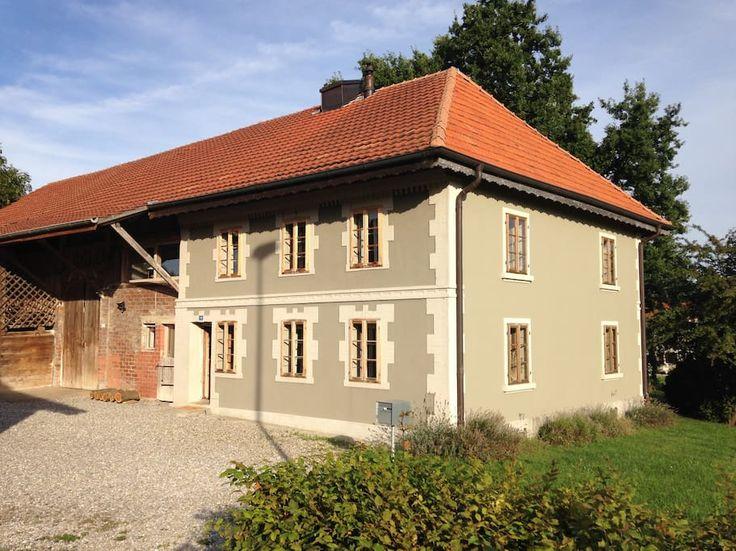 Maison à Romont, Suisse. Cette ferme de 1846 rénovée avec beaucoup de cachet est idéalement située au calme à la campagne dans la commune de Lussy dans le canton de Fribourg, à 5 km de la gare de Romont. A 20 km de Fribourg, 25 km d'Estavayer-le-Lac, 25 km de Gruyères et ...