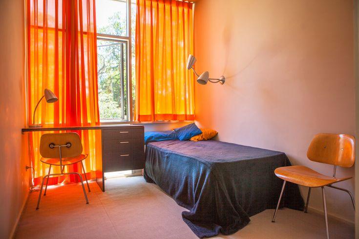 Оранжевые шторы задают настроение спальне.  (1950-70е,середина 20-го века,медисенчери,медисенчери модерн,средневековый модерн,модернизм,mcm,архитектура,дизайн,экстерьер,интерьер,дизайн интерьера,мебель,спальня,дизайн спальни,интерьер спальни) .