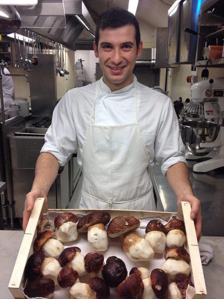 Il nostro Chef Alessandro ci mostra i funghi Porcini appena consegnati  www.hotel-posta.it
