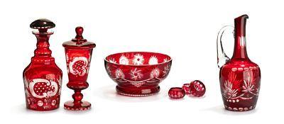Samling glass   Bøhmen. Syv ulike deler. Klart glass med rødt overfang og særdeles rik slepen dekor.   Vinkanne, karaffel med propp, stor bolle,pokal med lokk og tre saltkar.  Ca. 1900.
