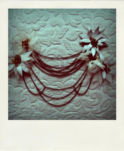 Tocado con flores de cuero y cadenas