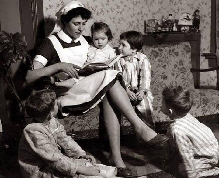 de verpleegster (vrouw met blauwe sluier) - opvallend er was maar één verpleegster voor alle kinderen, erg want er waren veel zieke kinderen .
