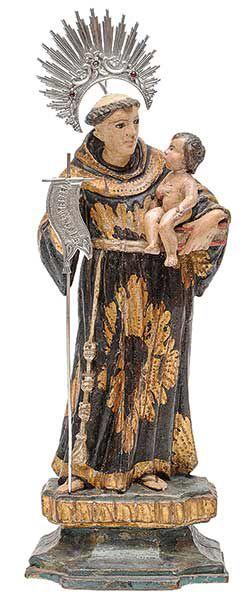 Imagem brasileira em madeira policromada e dourada representando Santo Antônio segurando o Menino Jesus em seu braço esquerdo. Traz na mão direita estandarte em prata com os dizeres: `Ecce Agnus Dei` (Eis o cordeiro de Deus). Base lavrada e chanfrada. Acompanha resplendor. Séc. XIX. Alt. 29,5 cm. Base R$6.000,00. Juna15