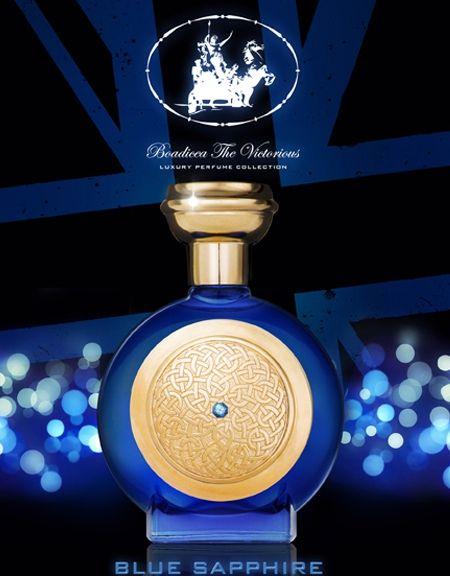 BLUE SAPPHIRE Ispirato dal 65° anniversario della Regina Elisabetta II e il Principe Filippo, l'ultima essenza firmata Boadicea The Victorious ha un'aria regale. Nessuna gemma può eguagliare la misteriosa bellezza di uno zaffiro blu, considerato simbolo di armonia, lealtà, amicizia e fiducia. Presentata in uno splendido flacone di vetro blu regale, tappo e logo Boadicea The Victorious, inciso in peltro, sono placcati in oro. Ogni flacone è stato ornato con una gemma certificata di zaffiro…