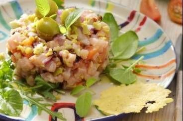 Recette de Tartare de veau au condiment d'olives vertes, tuile au parmesan  rapide