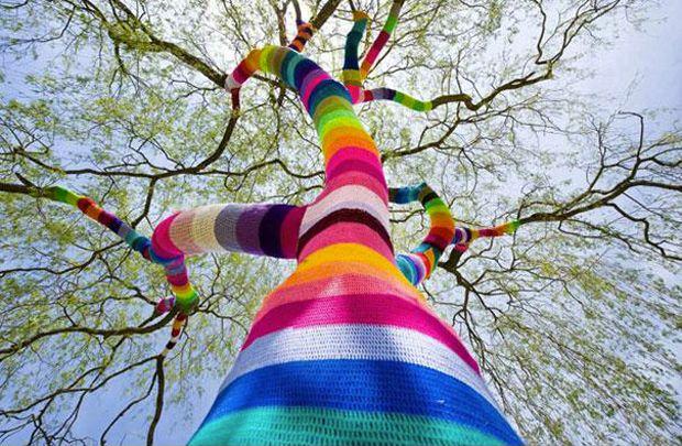Le Yarn Bombing, le phénomène qui met l'art urbain au tricot envahit nos rues !