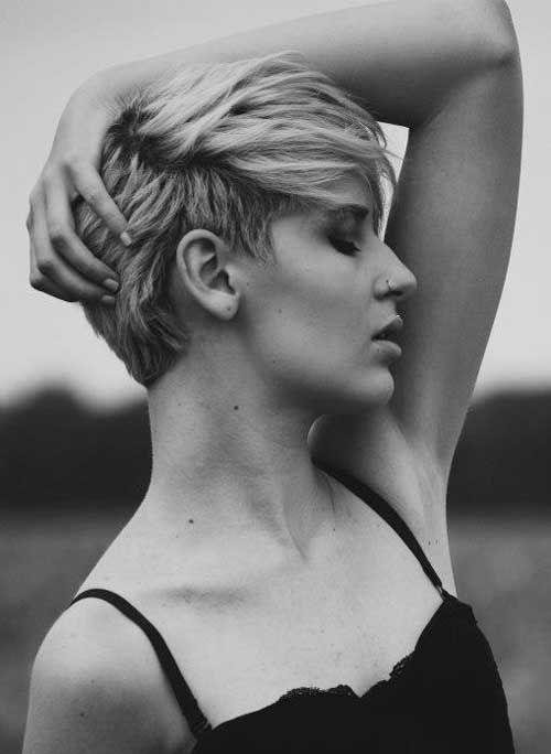 Cette coiffure pour cheveux courts convient à merveille à cette jeune femme. L'originalité repose sur la façon dont le coiffeur a placé les ...
