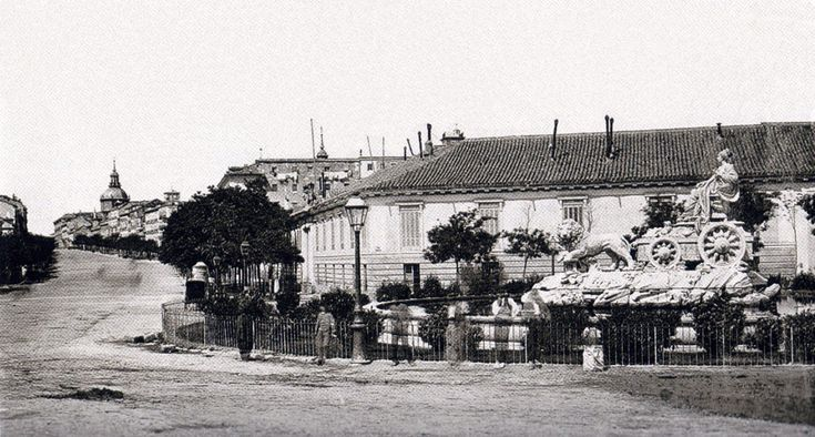 Confluencia de la calle Alcalá y Plaza de la Cibeles, 1870. La fuente de la Cibeles fue instalada en 1782, según diseño de Ventura Rodríguez. Al principio fue instalada  a espaldas del Cuartel General del Ejército (Palacio de Buenavista), frente a la fuente de Neptuno. En 1895 se colocó en el centro de la Plaza de Cibeles. En la foto, la fuente de la Cibeles no luce todavía los dos angelotes en la parte trasera del carro, que fueron  colocados en el nuevo emplazamiento - Portal…