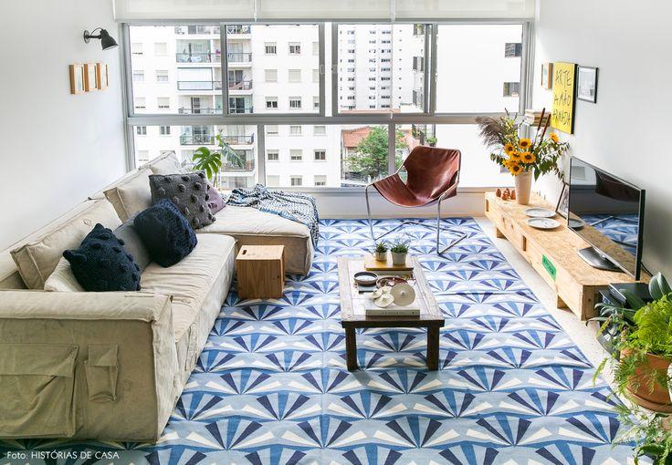 sala de estar luminosa com cores divertidas, tapete estampado e muitas plantas - matéria em parceria com a https://boobam.com.br/