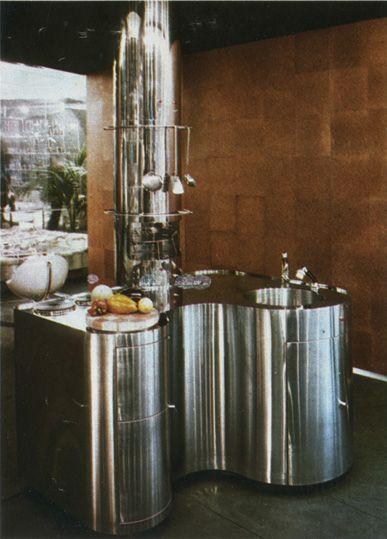 Bloc cuisine en acier inoxydable comprenant un réfrigérateur, un évier, une plaque de cuisson, des accessoires, création de Piero Bastini, 1972