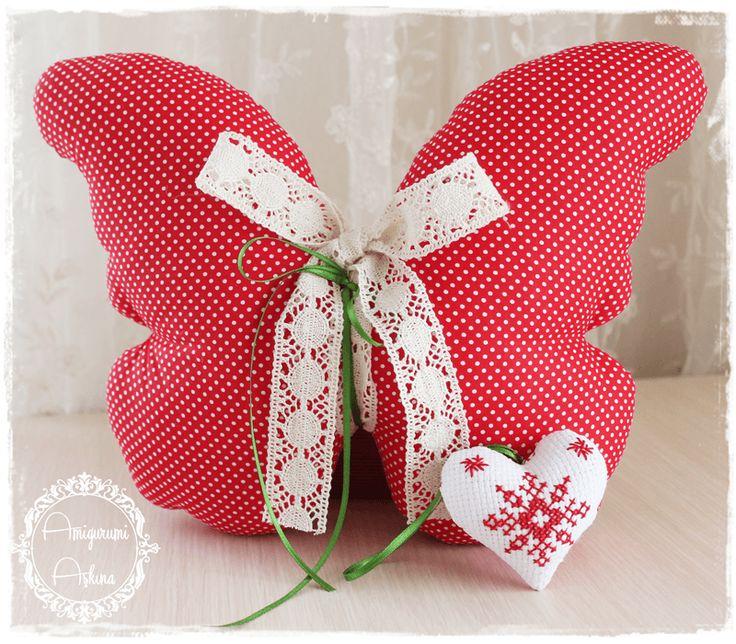 Amigurumi Aşkına: Yeni Yıl Çalışmalarımdan: Kırmızı Kelebek Yastık ve Etamin İşlemeli Küçük Kalp