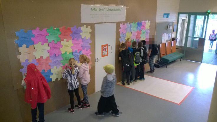 Koulun aulaan tehtiin yhteinen palapeli. Jokainen kirjoittaa nimensä palapeliin, jonka väittämän kanssa on samaa mieltä.