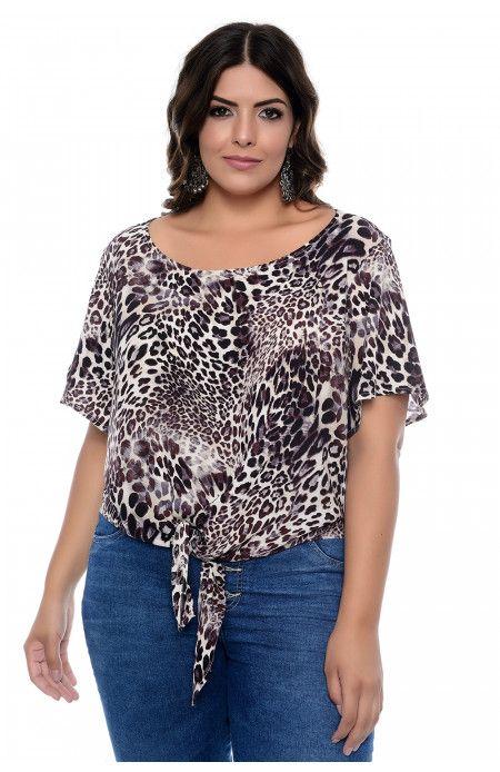 fbddc45ad9 Blusa plus size confeccionada em tecido plano de viscose com estampa Animal  Print. Blusa de decote canoa e manga curta com abertura flare.