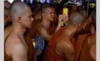 Sejumlah biksu mengikuti arak-arakan perayaan Waisak 2557 BE di Kecamatan Borobudur, Kabupaten Magelang, Jawa Tengah, Sabtu (25/5). Perayaan Tri Suci Waisak dipusatkan di dua tempat yaitu Candi Borobudur dan Candi Mendut. Prosesi berlangsung hingga menjelang tengah malam. Foto: Joanito De Saojoao - Suara Pembaruan