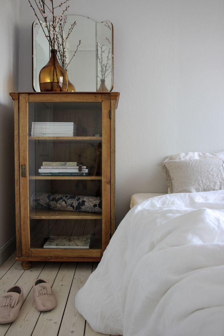 Schöner Holzschrank aus Holz als Nachttisch #hol…