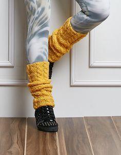 Polaina:  Diz-se de um tipo de meia sem pé, para aquecer a área dos tornozelos, é usada por bailarinas e adeptos  de ginástica. Na década de 1980, com o oom da academia, foi uma constante no look jovem,  confeccionada em tricô multicolorido.