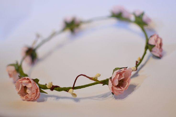 wianek z kwiatów na włosy romantyczny shabby chic w KWIACIARKAhendmejd na DaWanda.com