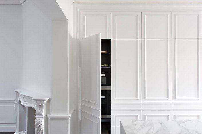 Cozinha clássica, elegante com molduras e eletros escondidos
