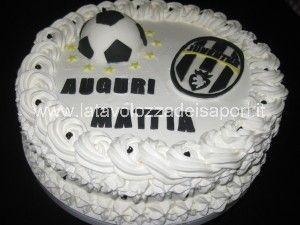 Torta Juventus con copertura di Panna e decorazioni in Pasta di Zucchero   http://www.latavolozzadeisapori.it/ricette/torta-juventus-con-copertura-di-panna-e-decorazioni-in-pasta-di-zucchero/