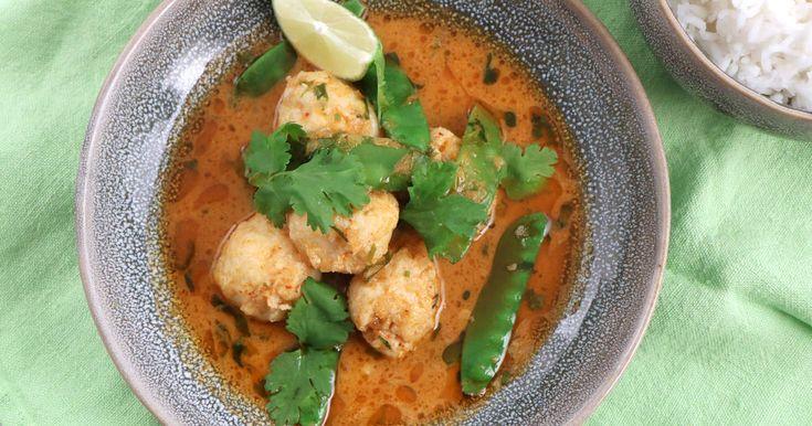 Hemgjorda fiskbullar på torsk med ett härligt sting av ingefära. Serveras i röd curry med kokos, sockerärtor och citrongräs.