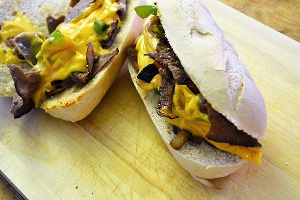 Dit authentieke Amerikaanse recept is thuis ook makkelijk te maken. Ik maakte mijn Philly Cheese Steak met rosbief, paprika en ui. Lekker als lunch!