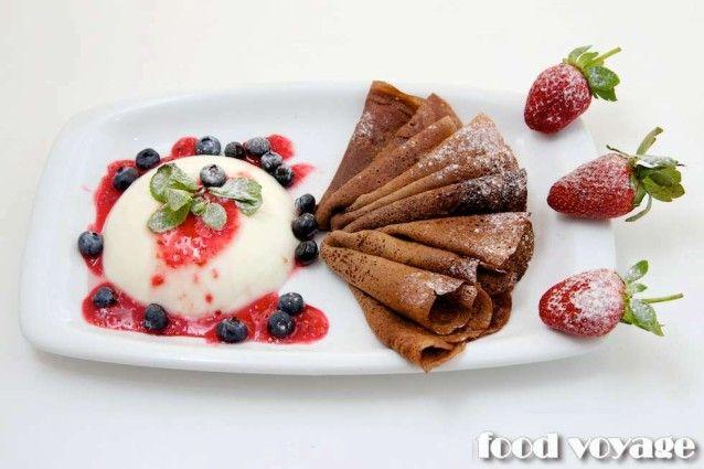Рецепт . Шоколадные блины с панакотой и ягодным соусом.  Кулинария . Рецепты . Десерты . Панакота  .