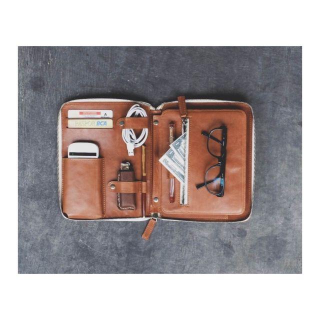 Material: Grain Leather (guarantee 100% original calfskin). *Foto contoh dengan kulit Caramel brown.  Lokasi: Jakarta. Pembuatan dengan sistem PO 10 hari kerja (weekend off).  Tersedia dengan dua warna: Caramel brown & Black Grain.