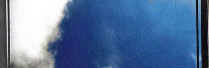 """Venerdì 27 Gennaio ore 18 Mauro Francesco Minervino presenta: Stradario di uno spaesato - Melville editore  descrizione: """"Don Chisciotte esce di casa per diventare un cavaliere e scopre quanto lunga è la strada, lo salgo in macchina e scivolo in un intrico casuale di strade. Vado lentamente alla deriva. Arriva prima o poi un punto del tragitto in cui mi sembra di avere in testa tanto spazio da aver attraversato le epoche. Amo le immagini che scorrono dai finestrini di un'auto. C'è la prova…"""