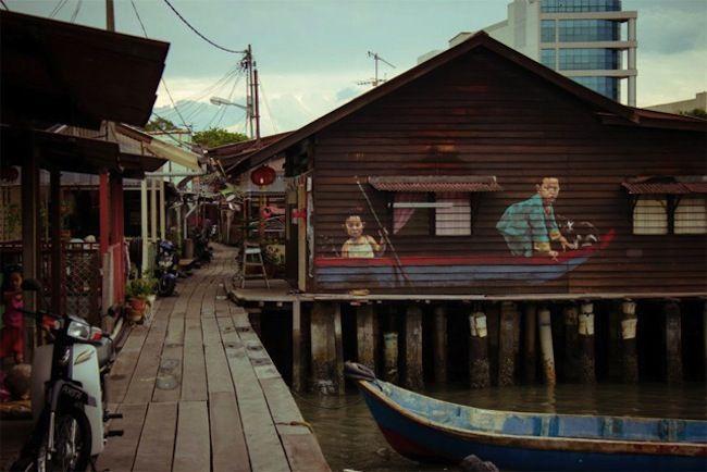 """Secondo ilWall Street Journal, Ernest Zachavericèil Banksy della Malesia. Nel 2009,dopo la laurea alla Middlesex University di Londra, fece un viaggio aPenang e si innamorò del Paese. """"All'inizio la gente si lamentava per i miei lavori in giro per la città, ora vengono nel mio"""