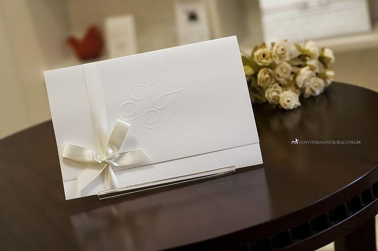 Convite de casamento simples com acabamento em fita de cetim com laço simples.