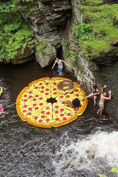Pizza Slice Pool Float - Urban Outfitters - A.K.A = A BOIA MAIS LEGAL QUE JÁ INVENTARAM