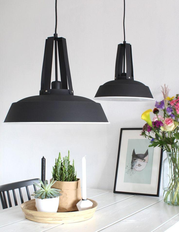 Zwarte hanglamp witte rand industrieel