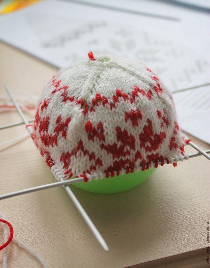 Материалы: - 5 чулочных спиц; - пряжа; - основа для шарика; - крючок; - схема вязания жаккарда; - клей; - сантиметровая лента; - крепление для шарика. Ход работы Вязание любого изделия начинается с расчета плотности вязания. Для этого вяжем контрольный образец из выбранной пряжи конкретными спицами. Контрольный образец поможет, во-первых, убедиться, что данная пряжа подходит для выбранного узора; во-вторых, чтобы рассчитать плотность вязания.