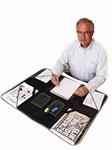 Denne smarte mappen brettes utover og er en fin arbeidsplass. Når du er ferdig legger du bare papirer, brev, penner, kalkulator etc. inn, bretter den sammen og du har alt på ett sted. Sammenbrettet tar den ikke større plass enn en A4 bok. Den gjør det enkelt for deg å holde orden, pakke sammen papirene og enkelt ta dem med deg.