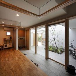 『春風の家』中庭を外玄関に!光を取り込む住まいの部屋 玄関土間-全面ガラス張り