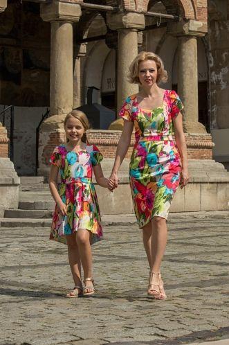 """Set Rochii Mama Fiica """"Summer Colours 2 """" Rochiile sunt confectionate din bumbac satinat, ceea ce asigura pielii un confort sporit in timpul zilelor calduroase de vara. Linia dreapta a rochiei mamei avantajeaza atat siluetele subtiri, precum si trupurile femeilor cu forme care nu doresc sa adauge volum pe zona soldurilor. Recomandarea Family Fashion: petreceri de zi (inclusiv cununii), vizite in familie, plimbari, etc Sistemul de închidere constă în fiermoarul ascuns ce închide delicat ro..."""