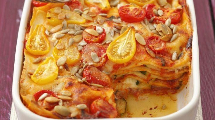 Die vegetarische Alternative: Zucchini-Tomaten-Lasagne mit Sonnenblumenkernen | http://eatsmarter.de/rezepte/zucchini-tomaten-lasagne-mit-sonnenblumenkernen