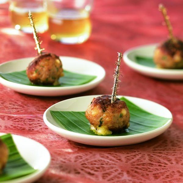 Een overheerlijke thaise kippengehaktballetjes met nazareth-kaas, die maak je met dit recept. Smakelijk!