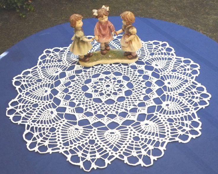 Precioso mantelito calado con piñas. Crochet doily with pineaples.