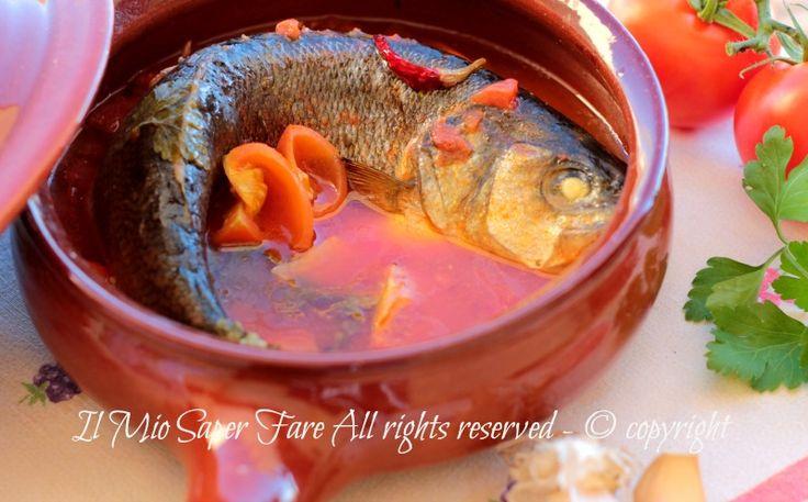 Spigola all acqua pazza ricetta facile e veloce.Secondo piatto di pesce leggero, delicato, succoso e saporito.La spigola va serviti con il brodo di cottura