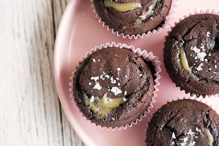Her får du opskriften på saltkaramel muffins med chokolade som smager helt vildt dejligt - en cupcake med karamel som er helt uimodståelig