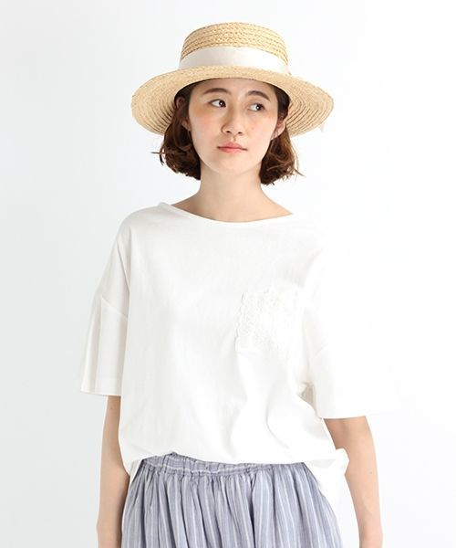 コットンリネン天竺素材で仕立てたカットソーTシャツ。 胸ポケットにオリジナルのケミカルレースを使用し、袖はタック入りのフレアというディテールが他にはないデザインアイテムです。 麻混の生地はしっかりしている上にドライタッチなので、使い勝手も◎ 程良くカジュアルなので、デイリーウェアとして、デニムパンツやチノパンツを合わせたスタイリングがおススメです。