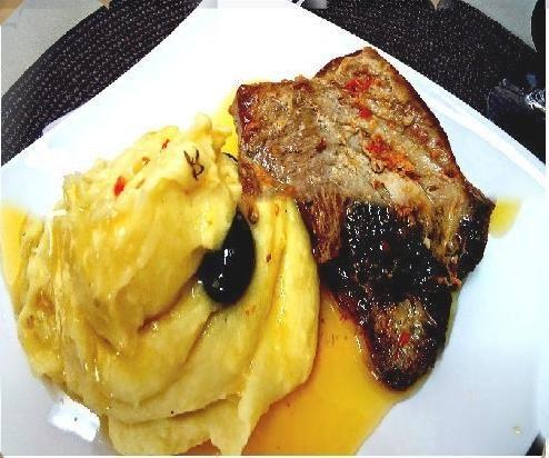 (Peixe) Albacora (Atum) em Molho de Manteiga e Puré de Batata na Bimby: Bifes de albacora; Sal q.b.; Entre um dedo e meio a dois de altura de azeite no tacho; 2 raminhos de tomilho; Metade de 1 limão; 2 colheres de sopa de manteiga; 1 colher de sobremesa de massa de alho; Pimenta preta q.b.; 1 colher de sopa de massa de pimentão;