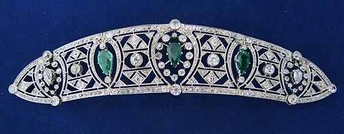 An Art Deco emerald and diamond bandeau, circa 1920. Designed as an open-work panel of geometric diamond lattice motifs, with three pear-shaped emeralds held within it, set in platinum.                                                                                                                                                                                 Más