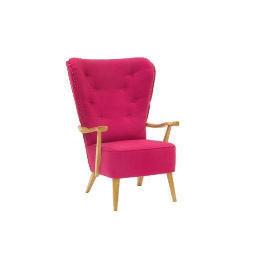 Efektowny i stylowy fotel William Pink utrzymany w modnej stylistyce retro prezentuje się niezwykle okazale. Doskonale wyprofilowane szerokie oparcie zachwyca pięknie dopracowanymi detalami. Smukłe drewniane i ręcznie rzeźbione podłokietniki oraz stylowe nóżki dodają charakteru i wyjątkowej klasy. Odważny różowy kolor wprowadzi do wnętrza ciekawy kontrast. Nowoczesna technologia wykonania w połączeniu z komfortem użytkowania tworzą modernistyczny i piękny fotel, który dostar